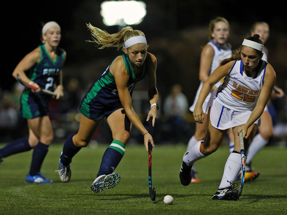 Emylee Wood '18 playing field hockey
