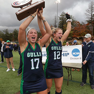 Captains from the 2018 Endicott field hockey team hoisting their conference championship trophy
